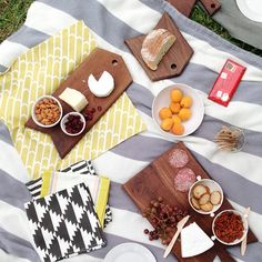 Picnic spread | from @Julie Lee #asunnyafternoonco Julie's Kitchen, Julie Lee, Tapas Party, Picnic Foods, Romantic Dates, Summer Of Love, Food Styling, Gingerbread Cookies, Tablescapes
