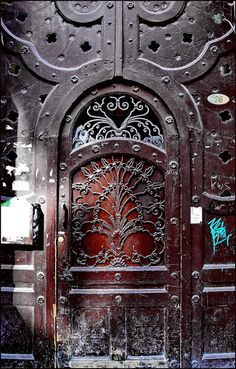 Decayed Art Nouveau door Budapest, Terézváros. Former Hungarian Railway and Shipping Club. Art Nouveau building. Built in 1900