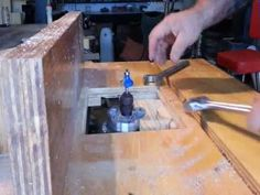 in this video i give you a quick exsample of a shopmade tilting router lift…