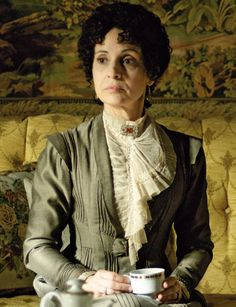 Mujeres de Serie: Doña Teresa (Gran Hotel). The pleating!! And the angles on the pleating... And that asymmetric blouse collar. And the color combo... I'll stop now ;-)