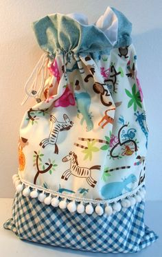 """Saquinho """"zoo"""" Bags For Teens, Kids Bags, Drawstring Bag Pattern, Baby Patchwork Quilt, Small Sewing Projects, Fabric Gift Bags, Handmade Purses, Quilted Bag, Purses And Bags"""