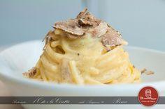 Spaghetti alla Carbonara e Tartufo Bianco. Un classico della cucina romana, rivisitato con l'aggiunta di sfoglie di tartufo bianco che ne arricchiscono di fragrante profumo, un piatto cremoso e ricco di sapore. Ostecivetta.it