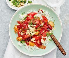 En mustig chili sin carne som är busenkel att tillaga och är full av härliga smaker. Selleri, paprika, röd peppar, vitlök och matiga lena bönor får puttra i en smakrik sås gjord på buljong, tomater och soja tills smakerna gift sig. Servera den väldoftande grytan med nykokt ris, garnera med krispiga mandelspån och grön aromatisk persilja.