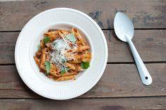 Zelf pastasaus maken is leuk, lekker en makkelijk. Maak een pan vol en vries vervolgens in kleine porties in. Je hebt dan altijd iets achter de hand.