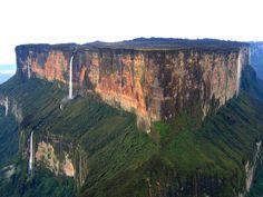 Monte Roraima - é uma montanha em formato de mesa,localizada na América do Sul, na tríplice fronteira entre Brasil, Venezuela e Guiana. Delimitado por falésias de cerca de 1.000 metros de altura, seu platô apresenta um ambiente totalmente diferente da floresta tropical e da savana que se estende a seus pés.