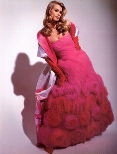 Claudia Schiffer for Valentino 1992 Dolly Fashion, 80s And 90s Fashion, Runway Fashion, Women's Fashion, Fashion Brands, High Fashion, Timeless Fashion, Vintage Fashion, Vintage Vogue