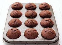briose cu ciocolata Cake Recipes, Dessert Recipes, Dessert Drinks, Summer Recipes, Food And Drink, Healthy Eating, Cooking Recipes, Cupcakes, Chocolate