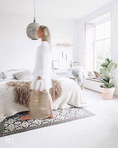 Dit was onze slaapkamer! Nu inspiratie opdoen voor onze nieuwe slaapkamer. Helaas geen witte vloer in de slaapkamer en ook geen hoge witte… Home Interior, Interior Paint, Ideas Hogar, Neutral Colour Palette, Breakfast In Bed, Nature Decor, Beautiful Bedrooms, White Paints, Scandinavian Style