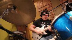 "Dominic Fragman  é o cara no vídeo que toca guitarra, bateria e canta a música ""Tom Sayer""..."
