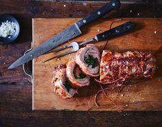 Tænd op i grillen og nyd fantastisk godt kød på kun 35 minutter! Butcher Block Cutting Board, Italian Recipes, Asparagus, Steak, Bacon, Dinner Recipes, Pork, Snacks, Vegetables