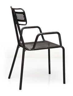 CHAIR WITH ARMREST HOLE   Odolná masívna kovová stolička s podrúčkami