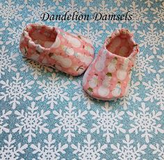 Pink Christmas Baby Booties/Riley Blake Fabric by DandelionDamsels #rileyblakedesigns #baby #shoes #christmas #snowman