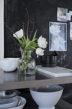 Pihkala Swedish Interior Design, Gray Interior, Nordic Home, Scandinavian Home, Kitchen Corner, Floral Photography, Black And White Design, Floral Style, Home Decor Inspiration