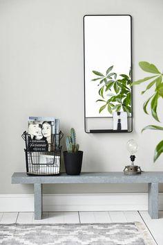 Love: industriële look; Gizmo lamp, Groove pot met plant, zwart metalen spiegel met plankje en draadmanden [alles van House Doctor]. Combinatie zwart/grijs/groen.