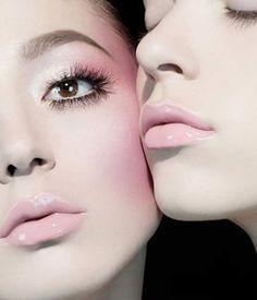 Tempting lip color!  见公婆底妆可以参考裸妆的底妆做法,很重要的一步就是遮瑕,斑点、痘痘、瘢痕、黑眼圈、泛红的鼻子两侧,总之没有人的肌肤能毫无瑕疵,想办法用最轻薄的底妆把这些小瑕疵遮住,基本上,底妆环节就大功告成。