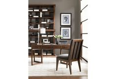 Made out of hardwood and vaneers, this is a stylish writing desk