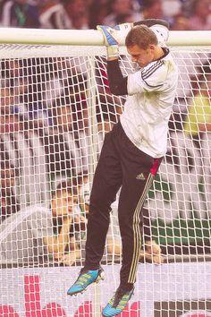 Manuel Neuer - how do you even. Germany Team, Germany Football, Gareth Bale, Paul Pogba, Champions, Football Soccer, Football Players, Cristiano Ronaldo, Funny Moments