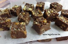 Raw Cacao Walnoot Fudge - Mijn fudge bevat raw cacao en walnoten. Vooral de walnoten doen mijn moeder goed. Walnoten bevatten omega-3 en deze meervoudigd onverzadigde vetzuren zijn heel goed voor het brein http://legallyraw.be/raw-cacao-walnoot-fudge/http://legallyraw.be/raw-cacao-walnoot-fudge/