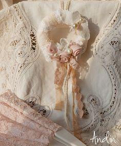 Věneček s motýlem Závěsný věneček jako dekorace na poličku, kličky na okna, na dveře...... Průměr 10 cm