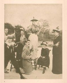 L'air guitar di Proust con una racchetta da tennis.