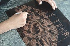 L'artiste, illustrateur Ugo Gattoni présente sa première gravure (eau-forte) réalisée dans l'atelier d'impression de l'Urdla situé à Villeurbanne. Editée en décembre 2015 par la galerie d'art en ligne Sold Art, cette composition onirique fait référence à l'anatomie de sa copine Sybille et aux travaux de perspective d'Escher.  Le documentaire de six minutes retrace le processus de création de cette eau-forte surréaliste et montre le savoir-faire de l'artisan imprimeur...
