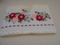 Dicas de Artesanatos com Bordados em Toalhas Silk Ribbon Embroidery, Embroidery Applique, Embroidery Stitches, Embroidery Patterns, Yo Yo Quilt, Soft Towels, Brazilian Embroidery, Ribbon Art, Fabric Flowers