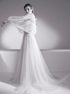 Jenny Packham Wedding Dress and Cape via IamYours Bridal Collection 2019 Braut I Brautkleid I Bride I Sleeves I Ärmel I Romantic I Flowy I Fließend I Boho I Modern Bride pc: Jenny Packham Jenny Packham Wedding Dresses, Jenny Packham Bridal, Wedding Bridesmaid Dresses, Bridal Dresses, Bridesmaids, Long Sleeve Wedding, One Shoulder Wedding Dress, Bridal Looks, Bridal Style