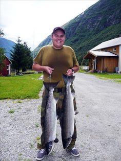 Ørsund: Stefan Anthony Søyring med lakser på 7,9 og 8,7 kilo, begge tatt på sluk på Ørsund 19. juli. (Foto: Privat)