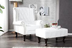 """Dieser klassische Chesterfield Ohrensessel aus hochwertigem Kunstleder in Weiss wird Sie begeistern! Typisch für diesen Sessel sind die gebogenen Armlehnen, die """"Ohren"""", die mit Knöpfen verzierte Lehnenfläche, sowie der Nietenbesatz und die wunscherschönen dunklen geschwungenen Beine. Bequem aufgrund der sehr großzügigen Polsterung! Ein Highlight in Ihrem Ambiente und für Liebhaber des englischen Stils!"""