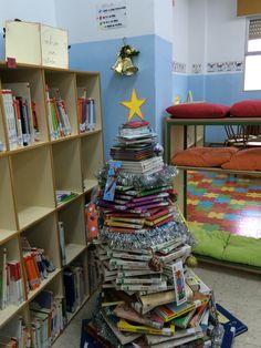 Nuestro árbol en la biblio esta navidad realizado por los alumnos bibliotecarios y la responsable de nuestra biblioteca.