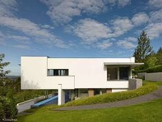 An Der Achalm is a contemporary house located in Reutlingen, Germany. Designed by Alexander Brenner Architects, the home is on a steep, south-facing site with panoramic views of the valley. Architecture Plan, Residential Architecture, Contemporary Architecture, Amazing Architecture, Style At Home, Alexander Brenner, Bungalow, Villa, Story House