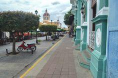 Calle La Calzada in Granada, Nicaragua | heneedsfood.com