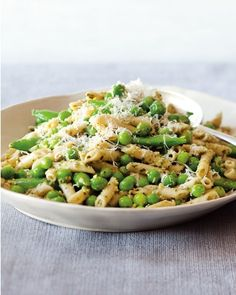 Not only is this easy dish vegetarian, bursting with the fresh peas that are just starting to show up infarmers' markets in many places, but it is also gluten-free. Of… Pasta Recipes, Salad Recipes, Cooking Recipes, Healthy Recipes, Drink Recipes, Fresh Pea Recipes, Walnut Pesto, Fruits And Veggies, Vegetables