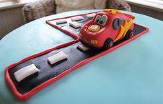Sokerimuruja : Autot-kakku ja Salama McQueen 4-vuotissynttäreille
