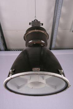 Grote industriële lamp met bolle glasplaat. | Industrielampen / fabriekslampen | Old Wood