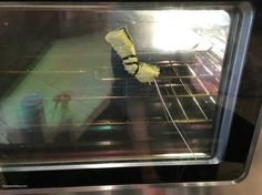 How to have a clean oven without taking it apart or paying a repair person. Get baked on food out from in between the glass door this oven cleaning HACK. Oven Cleaning Hacks, House Cleaning Tips, Diy Cleaning Products, Best Oven, Housekeeping Tips, Food Out, Window Cleaner, Mold And Mildew, Kitchen Hacks