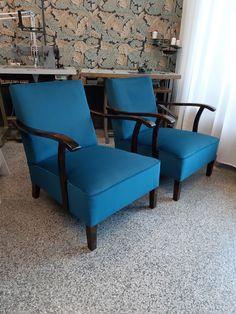 Vanhat nojatuolit peruskorjattiin perinteisin menetelmin. Kankaaksi valikoitui upea petrooli sametti! Accent Chairs, Furniture, Home Decor, Upholstered Chairs, Decoration Home, Room Decor, Home Furnishings, Home Interior Design, Home Decoration