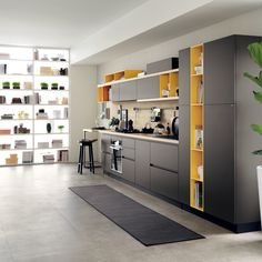 The combination of the bright colours of the Genziana Yellow and Nantese Orange open-fronted units with the tactile appeal of the Earth Grey decorative melamine doors gives this composition a special charm, elegantly defined by the distinctive black plinth 10 cm high.