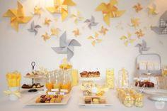 Le joli baptême DIY d'Anna en jaune, blanc et gris, avec des moulins à vent