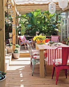 Utilizada para refeições mais demoradas e especiais, a mesa de jantar da área externa tem cadeiras de latão e almofadas florais. A toalhinha listrada na mesa dá o tom romântico e faz par com as molheiras trazidas de um antiquário em Punta Del Este