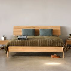 True to its name, the Ethnicraft Air Bed seems almost contradictory. With clean, Scandinavian lines this solid wood bed by Ethnicraft appears to float. Oak Bed Frame, Solid Wood Bed Frame, Wooden Bed Frames, Solid Oak Beds, Wooden Beds, Cama Design, Bed Design, Contemporary Bedroom, Contemporary Furniture