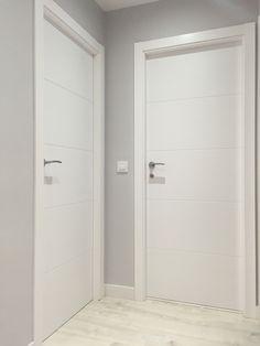 Puertas macizas, lacadas en blanco con linea horizontal diseño pico gorrión. White Interior Doors, Interior Door Styles, Door Design Interior, White Doors, Interior Trim, Interior Design Living Room, Living Room Decor, House Outside Design, House Design