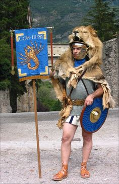 """Romain tenant un vexillum """"scorpion, le signe de la garde prétorienne de Tiberius dont le signe zodiacal était un scorpion Photo : Associazione Culturale Cisalpina — Cohors III Praetoria"""