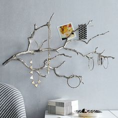Laat een tak goed drogen, spuit in gewenste kleur. Aan de muur hangen en klaar is je sieraden standaard