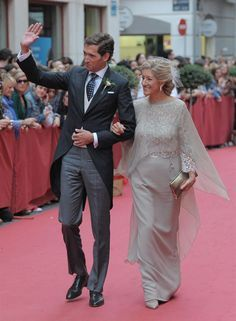 Another groom with his mother, but this time not in Seville, thus no mantilla. Mother Of The Bride Gown, Mother Of Groom Dresses, Elegant Dresses, Beautiful Dresses, Formal Dresses, Wedding Suits, Wedding Dresses, Maid Of Honour Dresses, Next Wedding