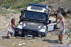 http://images.forum-auto.com/mesimages/267314/2_defender_girls_stuck_in_mud_011.jpg
