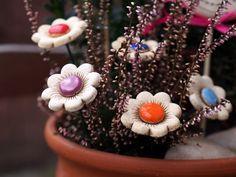Kytičky na drátku Kytičky jsou ze spoda napíchlé na drátek, tak že se krásně přizpůsbí. Dělám je různě barevné.