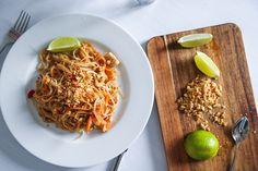 När jag var i Thailand senast nu i vintras gick vi en matlagningskurs och lärde oss bland annat att göra en riktig Pad Thai! Förutom kyckling med cashewnötter är Pad Thai den rätt jag oftast beställer när jag äter thaimat, så nu är jag överlycklig att jag lärde mig detta för OJ vad bra det blev!! K