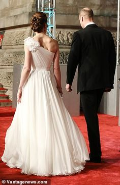 The Duchess of Cambridge stole the show when arriving at the annual EE British Academy Film Awards at London 's Royal Albert Hall Style Kate Middleton, Kate Middleton Outfits, Princess Kate Middleton, Kate Middleton Prince William, Prince William And Catherine, William Kate, Prins William, Princesa Kate, Lady Diana