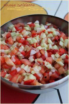 Salade tunisienne : tomates, citron, poivrons, concombres, oignons, sel et poivre !